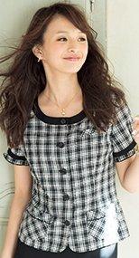 26140 en joie(アンジョア) ネックラインを美しく見せる広め襟のチェック柄オーバーブラウス 93-26140