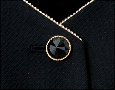 キラキラ光る黒いボタンにエレガントさを引き立てるゴールド縁のボタン