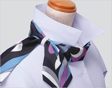 スカーフループ(R)衿もとにスカーフのズレを防ぐループが付いています。ワンタッチで形が決まります。