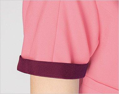 折り返して着られる袖デザイン。袖口のインナーカラーがアクセントに。