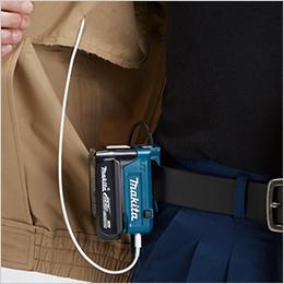 コードホール ポケットに入れた携帯電話等とバッテリホルダをUSBで接続し充電できます。