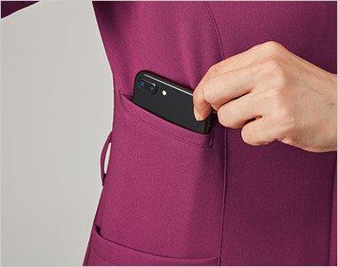右脇の下には大きめのスマホも入るポケット付き