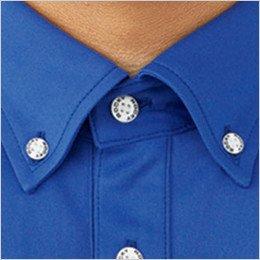 襟はトラッドでスポーティな印象のボタンダウンで清潔感を演出