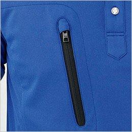 右の縦型ポケットは物の落下をしっかり防ぐファスナー仕様(スライダーキャップ付き)