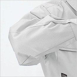 袖の縫い目が肘に当たらない特殊カッティング