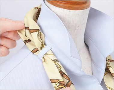 EWB385 enjoy ストレッチ性抜群でシワも防ぐ高機能な長袖シャツブラウス 衿もとにスカーフのズレを防ぐループが付いています。ワンタッチで形が決まります。